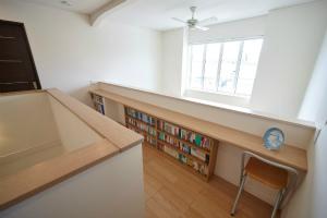 2階 階段ホール 本棚 読書スペース