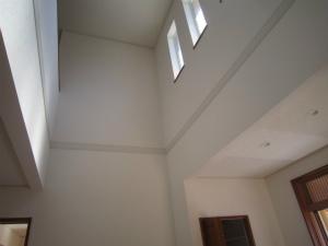 2層吹き抜けの明るい玄関 注文住宅